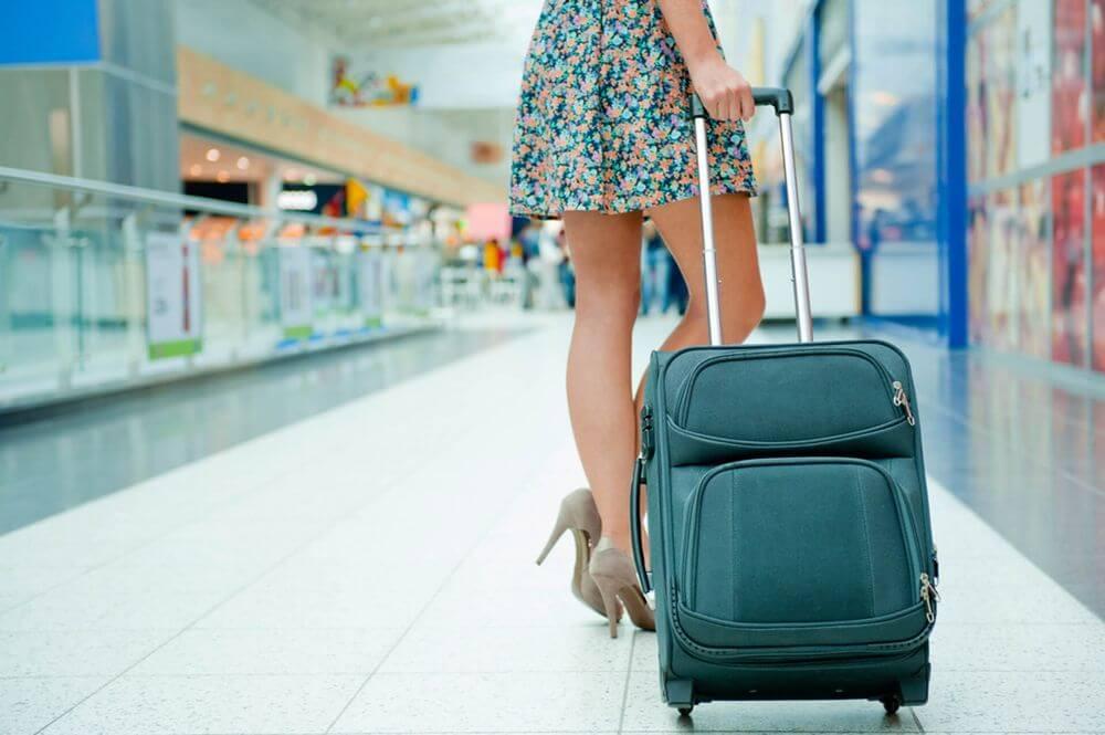 Девушка с дорожной сумкой